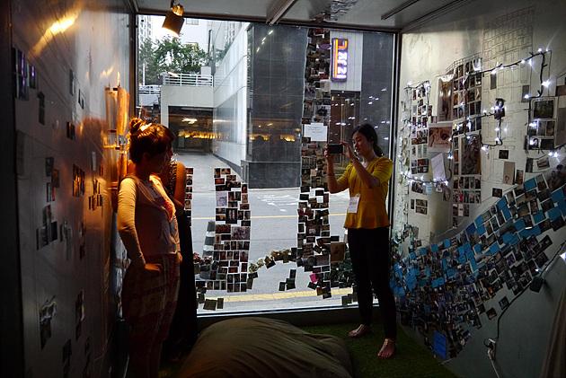 완성된 작품 앞에서 기념 촬영 중인 관람객들의 모습이다