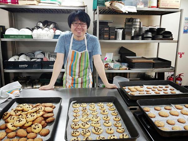 모두 구워진 다양한 종류의 쿠키