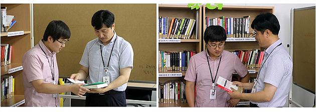 책장 앞에서 직원들에게 다양한 책을 추천하는 모습.