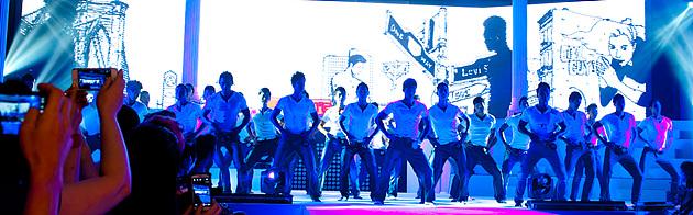 열정적으로 무대에 임하는 참가자들