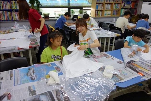 밑그림 그릴 준비 작업을 도와주는 짝 선생님 봉사단원.
