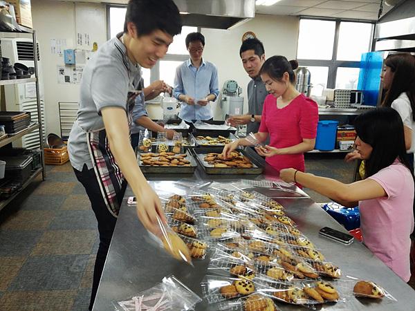 쿠키를 포장 중인 봉사단