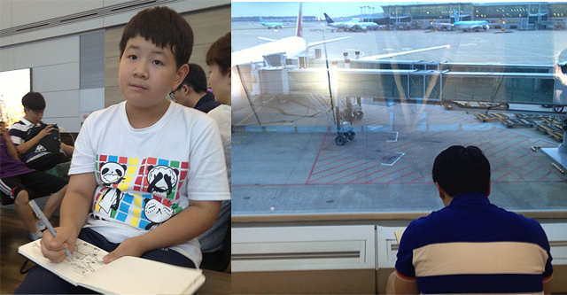 비행기를 기다리며 그림을 그리는 필자와 아들