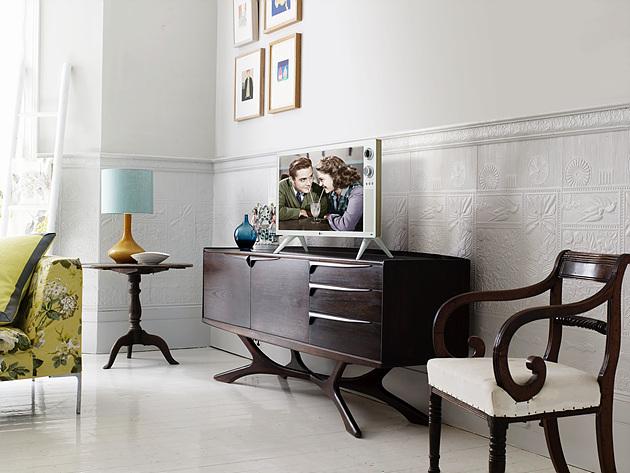 거실 내 서랍장 위에 인테리어 소품으로 놓여 있는 클래식 TV의 화보 모습이다.