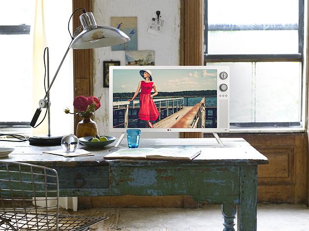 빈티지한 책상 위에 인테리어 소품처럼 놓여 있는 클래식 TV의 화보 모습이다.