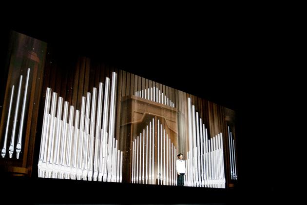 LG G2 벨소리 제작에 참여한 빈소년 합창단이 천상의 목소리로 공연을 하고 있다.