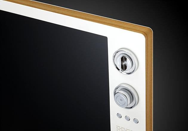 클래식 TV의 모서리 부분에 위치한 채널 변경 버튼과 제품의 정면 및 후면의 모습이 보여지고 있다.
