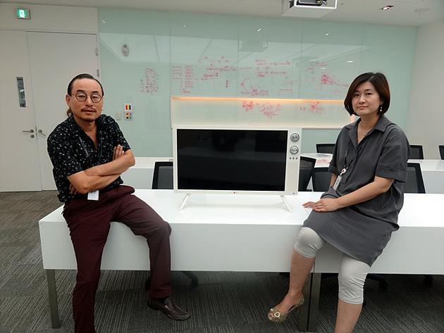 LG전자 디자인경영센터 HE디자인연구소 김준기 책임과 김연진 책임이 LG 클래식 TV을 사이에 두고 나란히 앉아 있다.