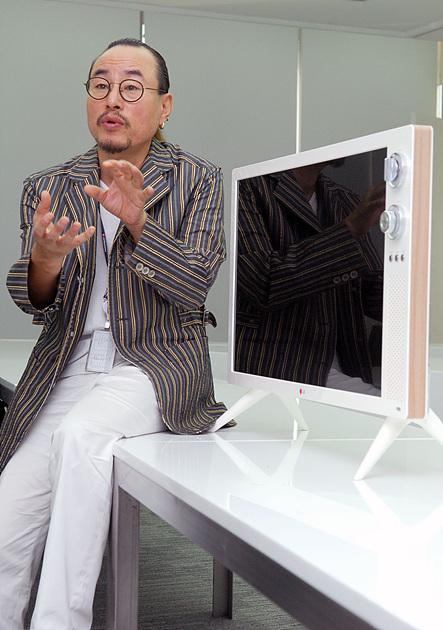 김준기 책임 연구원이 LG클래식 TV 옆에 앉아 제품에 대해 설명하고 있다.