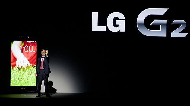 뉴욕 '재즈 앳 링컨 센터'에서 진행된  'LG G2 Day' 행사 중 발표자가 무대 위에 올라가 있다.