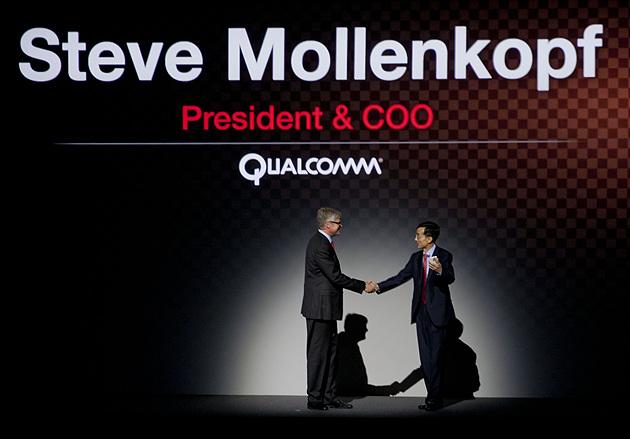 퀄컴 COO 스티브몰렌코프(Steve Mollenkopf) 사장이 LG G2의 글로벌 출시를 축하해 주고 있다.
