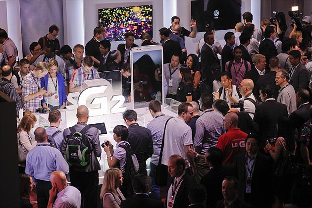 LG G2를 직접 체험해보기 위해 몰린 사람들이 체험존 주위에 가득하다.
