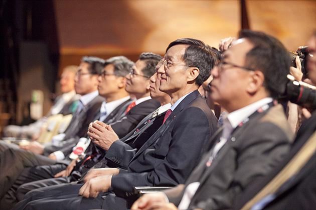 흐뭇한 표정으로 G2 글로벌 런칭 현장의 무대를 바라보고 있는 박종석 부사장과 LG전자 임직원들의 모습이 보인다.