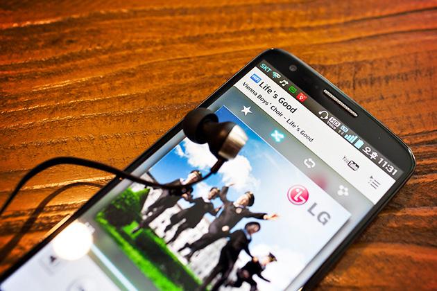 G2를 통해 음악을 듣고 있는 모습