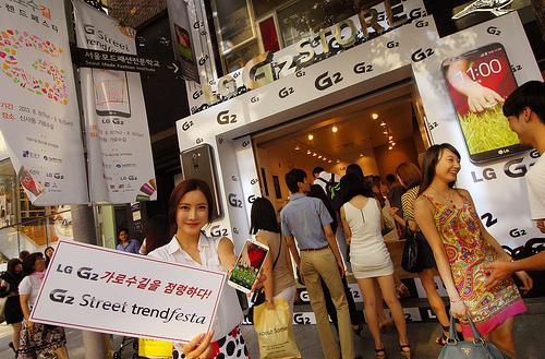 가로수길 수놓은 'LG G2'