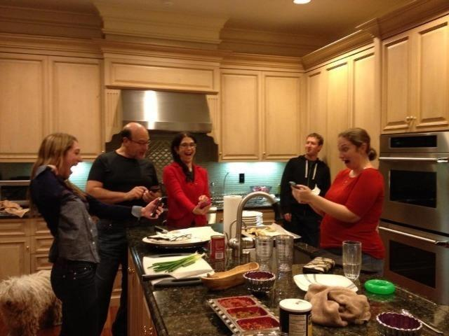 랜디 주커버그가 페이스북에 올린 가족 모임 사진으로 모두 주방에서 활짝 웃고 있는 모습이다.
