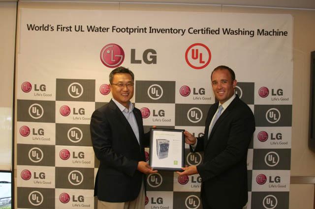 LG전자 미국법인 정규황 상무(왼쪽)와 인증기관 UL의 도널드 메이어 마케팅담당(오른쪽)이 함께 인증서를 들어 보이고 있다.