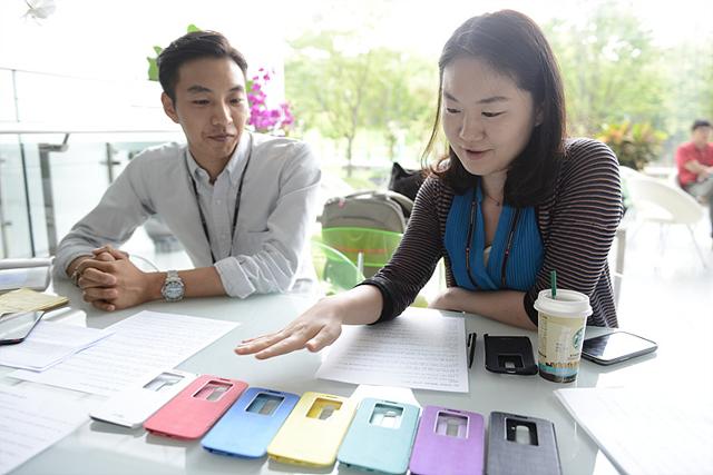 LG G2 퀵윈도우케이스를 보여주는 박성희 디자이너