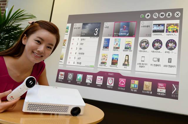 LG전자 모델이 고화질 화면을 즐길 수 있는 '미니빔 TV 마스터'를 소개하고 있다. 이 제품은 휴대용 LED 프로젝터 최초로 풀HD 화면을 지원한다.
