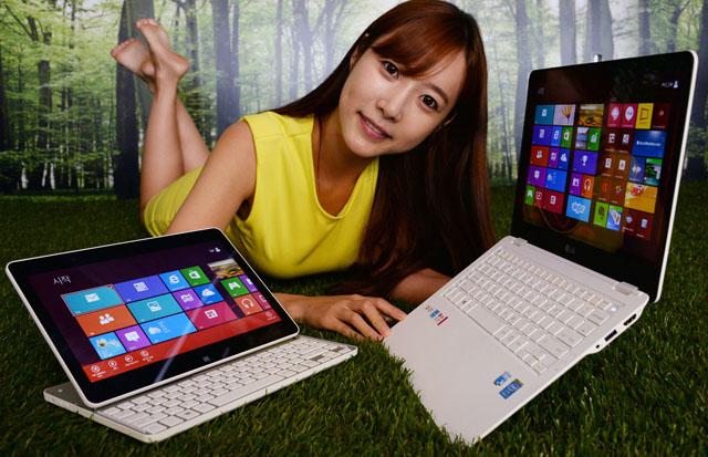 LG전자 모델이 강력한 성능의 고화질 노트북 'LG 울트라'(오른쪽)와 'LG 탭북'(왼쪽)과 함께 포즈를 취하고 있다.