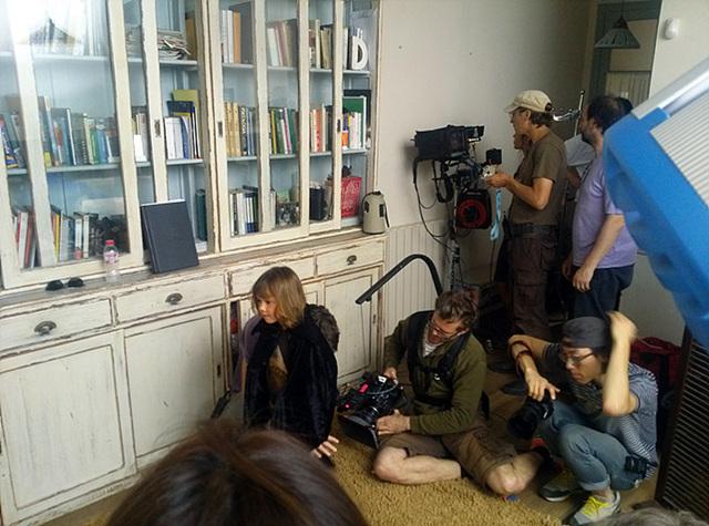 아역배우를 촬영 중인 스태프들이 촬영과 모니터링에 집중하고 있다.