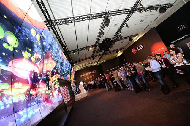 전시회장에서 LG 전자의 트레이드마크가 된 3D 어트랙션 존에 많은 관람객이 모여 있다.