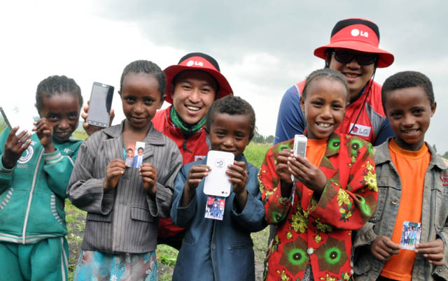천안연암대학교 학생들과 에티오피아 어린이들이 기념촬영을 하는 모습