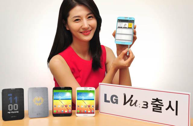 모델이 LG 뷰3 제품을 들고 포즈를 취하고 있다.