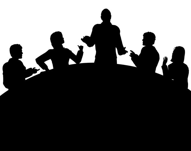 서로 대화하고 있는 다섯 사람의 모습이 그림자처럼 보인다.