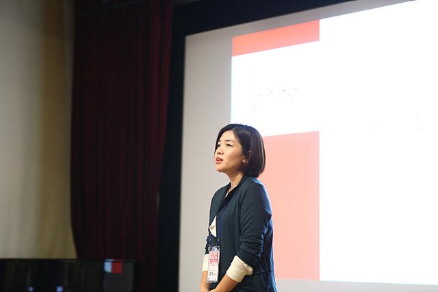 MC 연구소 UX실에서 스마트폰 UX를 기획하는 김용재 선임이 인문학 관점에서 바라본 UX 지식을 공유하고 있는 모습이다