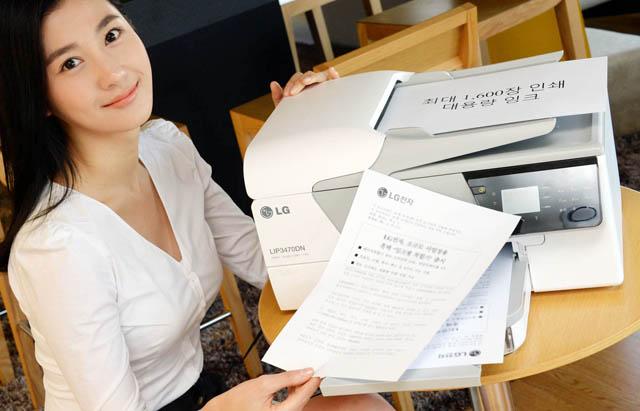 LG전자 모델이 소규모 사업장용 흑백'잉크젯 복합기'를 소개하고 있다.