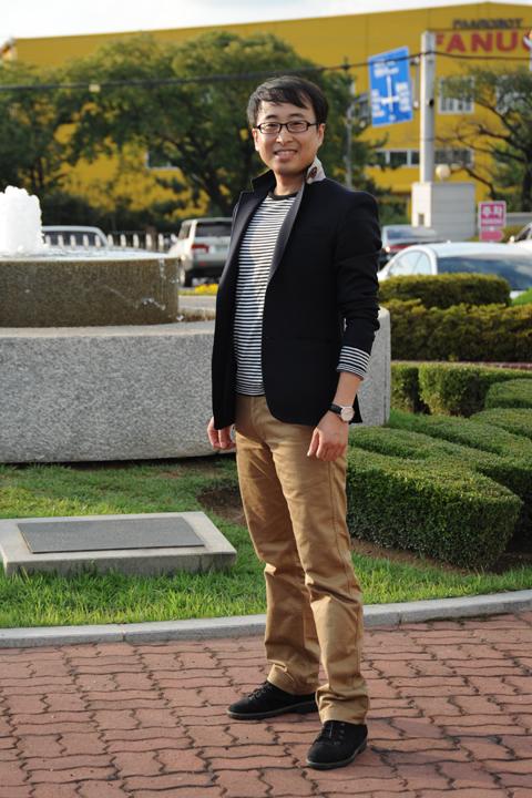 AE제어연구소 CAE팀 김원종 연구원은 스트라이프 티셔츠 밑에 면 바지를 입고 그 위에 검은 자켓을 매치시켜 캐쥬얼 룩을 완성했다.