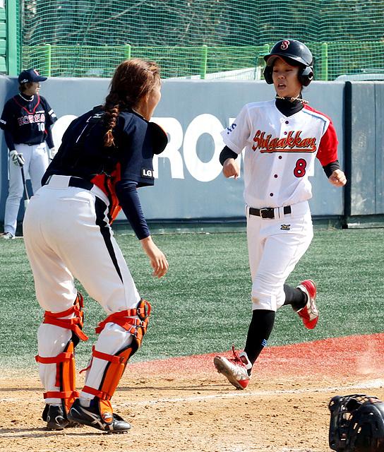 양팀선수가 열정적으로 경기를하고 있는모습이다. 일본 선수가 달려오고 있다