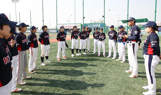 경기가 끝난 후, 우리나라 선수들을 격려하는 신상민 감독과 대표팀 선수들의 모습이다
