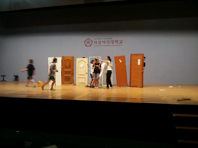 무대 위에서 공연중인 학생들의 모습