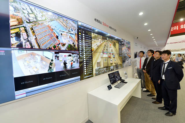 관람객이 연결부분의 간격이 3.6밀리미터(㎜)에 불과한 세계 최소 베젤 비디오월(Video Wall)을 살펴보고 있다.