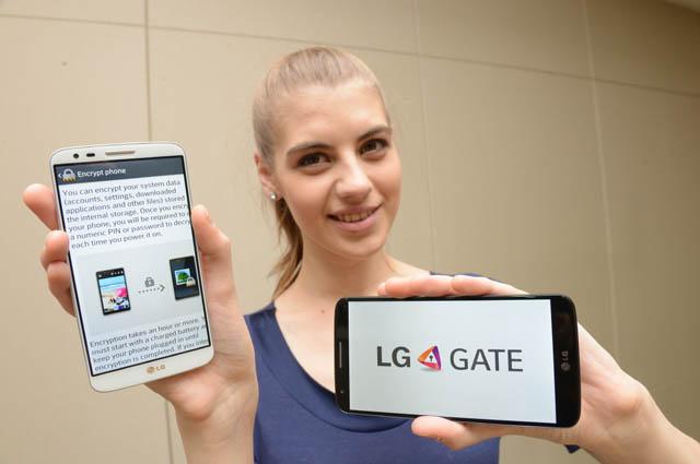 여성 모델이 'LG G2'를 들고 포즈를 취하고 있다.