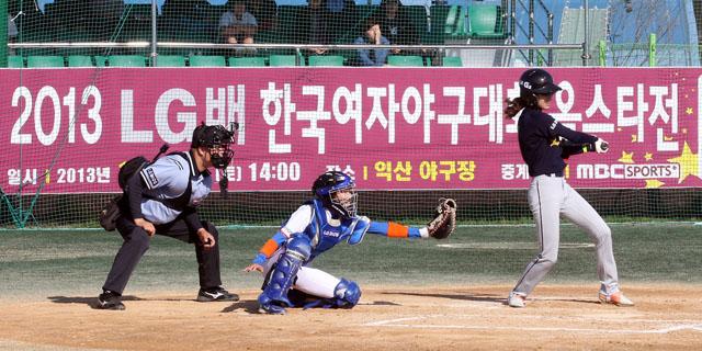 LG전자가 공식 후원하는 '제 2회 LG배 한국여자야구대회' 올스타전이 12일 전북 익산에서 열렸다. 한국여자야구연맹 및 각 팀 코칭 스태프들이 엄선한 40명의 선수가 「LG G2팀」과 「LG 디오스팀」으로 나뉘어 열전을 펼쳤다.
