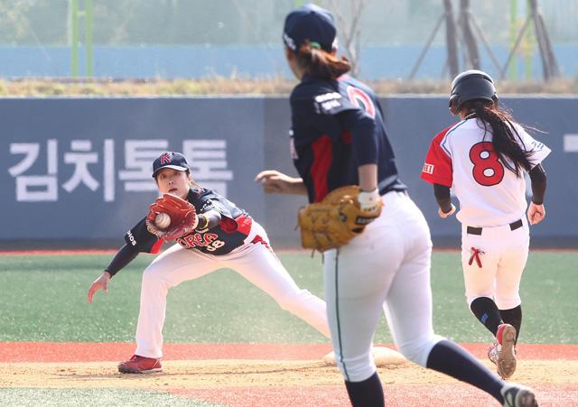 'LG배 한국여자야구대회' 한일교류전이 26일 익산에서 성황리에 열렸다. 한국팀과 일본팀 선수들이 열전을 펼치는 모습.