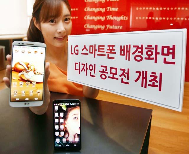 LG전자가 내달 1일부터 한 달간 SK플래닛과 공동으로 'LG 스마트폰 배경화면 디자인 공모전'을 개최한다. 이번 공모전은 '즐거움'을 주제로 스마트폰의 배경화면, 아이콘 등에 활용 가능한 독창적이고 감각적인 디자인을 모집한다. 모델이 'LG G2'를 들고 포즈를 취하고 있다.