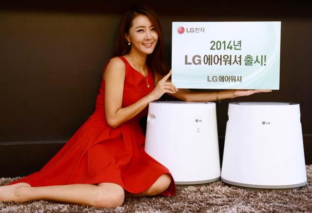 여성 모델이 국내 최초 음성제어 기능을 탑재한 에어워셔 신제품과 함께 포즈를 취하고 있다.