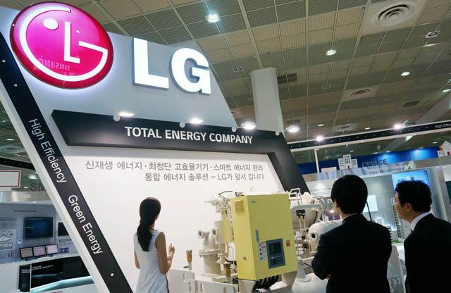 LG전자가 16일부터 19일까지 4일간 서울 삼성동 코엑스(COEX)에서 열리는 '2013 대한민국 녹색 에너지 대전'에 참가해 고효율 냉난방 종합공조 솔루션을 선보인다.