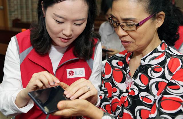 LG전자가 시각장애인의 날(15일)을 맞아 14일 서울시 강남구 하상장애인복지관에 시각장애인을 초청해 '책 읽어주는 폰' 을 전달하고 휴대폰 사용법을 강의했다.