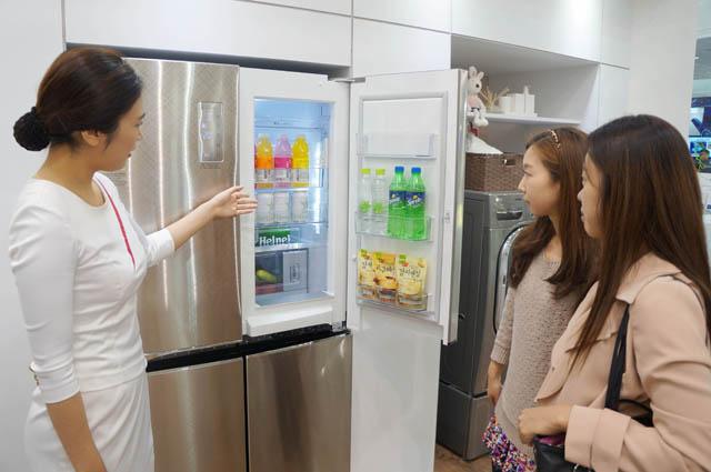 관람객들이 환경부에서 시행하는 '저탄소제품 인증'을 획득한 상냉장하냉동 타입의 '디오스 V9100' 냉장고를 구경하고 있다.