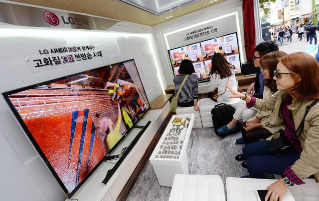 고객들이 'LG 시네마3D 이동 체험관'에서 생생한 3D 영상을 즐기고 있다.