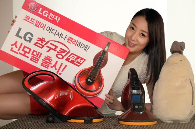 LG전자가 선을 없애 이동이 편리한 '무선 침구킹(모델명:VH9200DSW)' 신제품을 출시한다. '무선 침구킹'은 가볍게 들고 자유롭게 이동할 수 있어 집밖에 있는 유모차 등 청소도 가능해 활용도가 높아진 것이 특징이다.