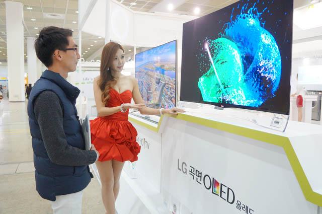 관람객이 '인터텍 그린 리프 마크', 'EU 에코 라벨' 등 친환경 인증을 대거 획득한 LG곡면 올레드 TV를 구경하고 있다.