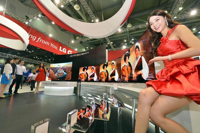 모델들이 세계최대 77형 곡면 올레드 울트라HD TV와 55형 올레드 TV를 소개하고 있다.