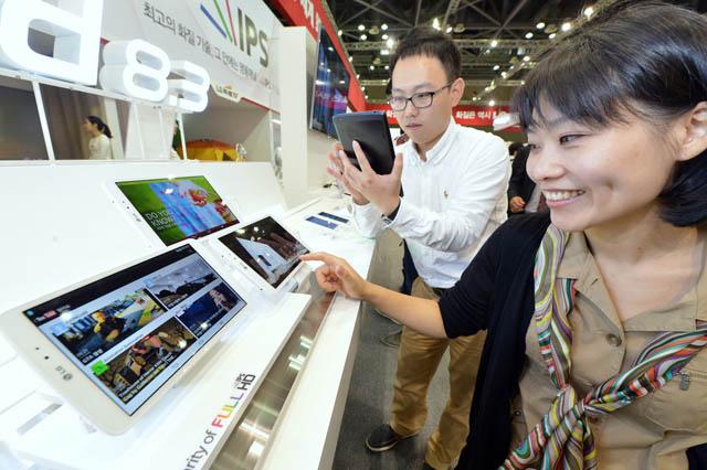 관람객이 직관적인 UX로 사용자 편의성을 강화한 'LG G Pad 8.3'을 살펴보고 있다.