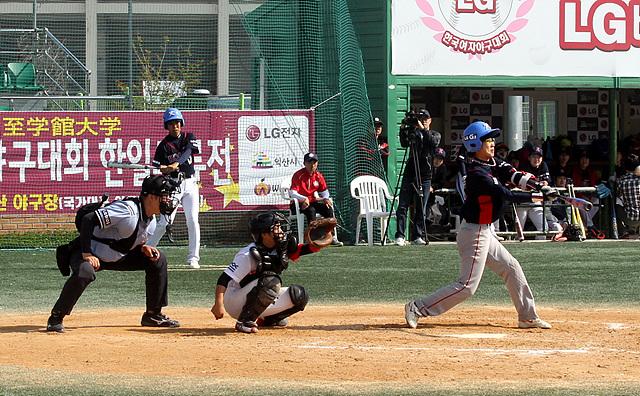 한-일 여자 야구 경기 시작모습 포수와 타자가 공을 보고있다